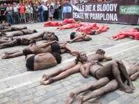 Peta y AnimaNaturalis protestan en Pamplona un año más contra los encierros y las corridas de toros de San Fermín