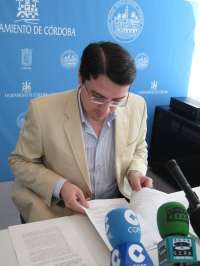 El gobierno municipal plantea a la oposición y sindicatos aplicar el decreto de recortes de la Junta