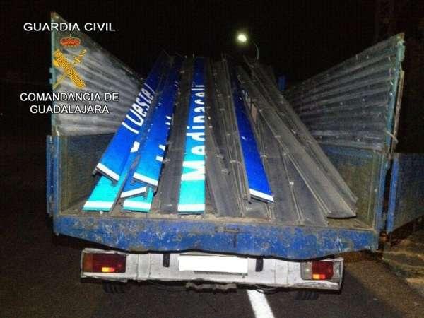 Dos detenidos en Guadalajara por robar una señal de tráfico en la autovía A-2 en Medinaceli (Soria)