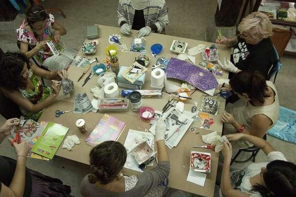 Fotografía, escultura, estampación o el mundo de los zombis, en los talleres de 'Desvelarte'