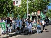 """Medio centenar de enfermeros se manifiesta contra los recortes sanitarios, que """"afectan especialmente"""" a Zamora y Ávila"""