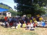 Representantes locales de Villacarriedo y Vega de Pas expresan su rechazo al fracking en una marcha de protesta