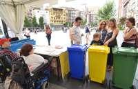 Dos guiñoles recorren las plazas para enseñar a utilizar el contenedor amarillo