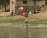 Los ciudadanos afrontan en el embalse de la presa romana de Proserpina, en Mérida, las altas temperaturas