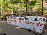 Profesores y sindicatos protestan por los desplazamientos de docentes el próximo curso
