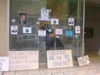 La plataforma de afectados por preferentes fuerza el cierre de varias oficinas bancarias en Ramales y Laredo