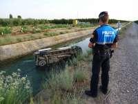 La Policía Local de Fraga ayuda en la evacuación de los pasajeros de un vehículo que cayó al Canal de Aragón y Cataluña
