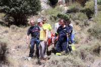 Los bomberos rescatan a un montañero que cayó por un barranco y se fracturó varias costillas en Uña (Cuenca)