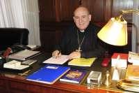 El obispo de Santander retoma con normalidad su actividad tras ser ingresado este jueves por una bajada de tensión