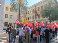 Un centenar de personas se concentran frente a la Delegación del Gobierno contra los