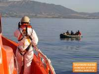 Rescatados los ocho ocupantes de una patera localizada a una milla de la playa de Los Lances