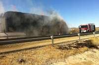 Bomberos de Cuenca sofocan el incendio del remolque de un camión cargado de paja en al autovía A-3