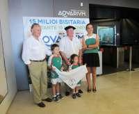 Un abuelo donostiarra y sus nietos de Lazkao son los visitantes 15 millones del Aquarium de San Sebastián