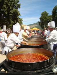 Cerca de 10.000 personas degustan la legumbre típica de La Granja (Segovia) en la tradicional 'judiada'
