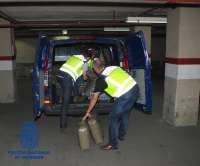 Interceptan un furgón con 980 kilos de hachís en 'fardos-flotadores' para llevar por mar