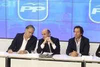 Guindos asegura a los responsables económicos del PP que no habrá nuevos ajustes para cumplir el déficit