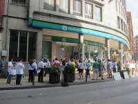 Los afectados por las preferentes se concentran este jueves en la oficina de Caja Cantabria en Laredo