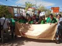 Decenas de profesores exigen a la Consejería la renovación de los contratos de 5.000 interinos