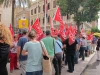 Un centenar de personas se concentran en la Delegación del Gobierno en rechazo a las políticas