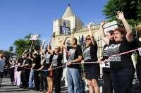 Unos 800 empleados públicos forman una cadena humana ante el Parlamento en defensa de los servicios sociales
