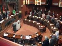 La Asamblea guarda un minuto de silencio por las víctimas y Manuel Campos ofrecerá un primer informe