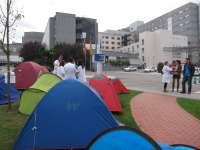 Médicos residentes hacen una acampada 'informativa' frente al hospital de Cabueñes con motivo de la huelga