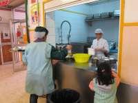 Una decena de centros de la Comunitat han solicitado ya el uso del 'tupper' en el comedor escolar