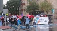Un centenar de personas se manifiestan en Toledo bajo la lluvia contra el