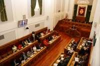 El pleno de las Cortes debatirá este miércoles sobre familia, listas de espera y Geacam