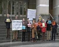 Una veintena de personas protestan ante el Palacio de Justicia de Bilbao contra las