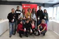 Los alumnos de la XVI promoción de la Licenciatura de Enología de la UR presenta su gama de vinos 'Punto y aparte'