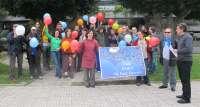 Unos 30 investigadores lanzan globos al aire para simbolizar la fuga de cerebros en España