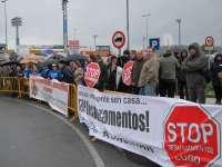 Decenas de personas llevan sus protestas a las afueras del congreso del PPdeG en Lugo
