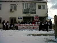 Decenas de personas se concentran en Hiendelaencina para protestar por la reducción horario del PAC de la localidad