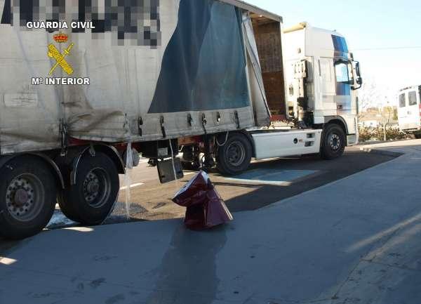 Guardia Civil detiene al conductor del vehículo articulado que derramó mercancías peligrosas en la A-7