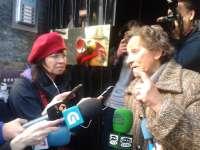 Decenas de personas mantienen la concentración ante la vivienda de la octogenaria de A Coruña con orden de desahucio