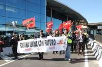 Trabajadores de Iberia realizan una marcha desde el Ayuntamiento hasta el aeropuerto en rechazo al ERE