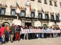 Un centenar de personas protesta ante el Ayuntamiento contra los desahucios y los recortes sociales