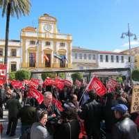 Más de 200 personas claman en Mérida contra el paro y los