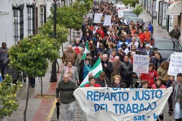 Manifestación en apoyo a la huelga de basuras en El Coronil mientras el Consistorio espera la llegada de Tragsa