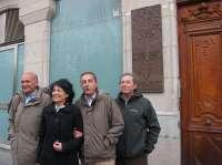 Una placa que con una escultura de un membrillero recuerda desde hoy a Miguel Delibes en su casa natal, en Recoletos 12