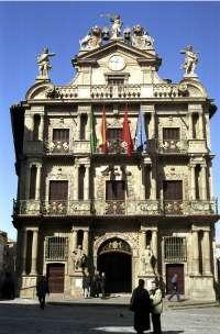 Pamplona ilumina de azul la fachada de la Casa Consistorial, las murallas y el teatro Gayarre por el Día del Autismo