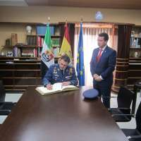 Fernando Manzano destaca la labor del Ejército del Aire en el aeropuerto de la Base Aérea de Talavera la Real (Badajoz)