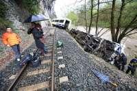 Once heridos, tres de ellos graves, al descarrilar un tren de pasajeros de Feve en Casar de Periedo