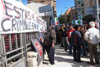 Decenas de personas realizan un escrache ante la sede del PP contra los desahucios y por la dación en pago