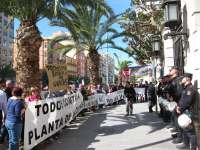 Alrededor de 400 personas protestan a las puertas de la Diputación contra el