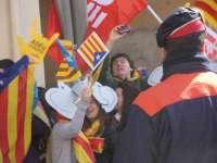 Unas 50 personas reciben al Príncipe en Tremp con gritos contra la Monarquía y 'estelades'
