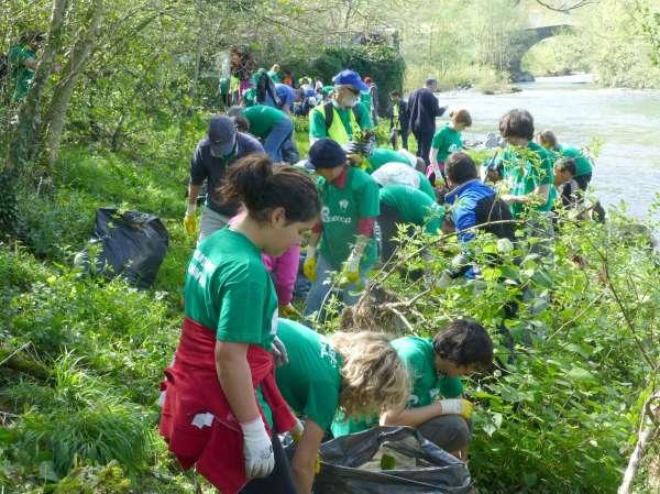 Éxito de participación en la jornada de voluntariado en la confluencia de los ríos Asón y Gándara