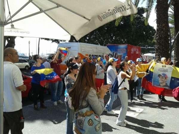 Una treintena de personas organizan una cacerolada frente al Consulado de Venezuela en Tenerife