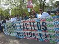 Parte de la plantilla de Alimentos Lácteos protesta durante varias horas ante la sede de la Xunta en Santiago